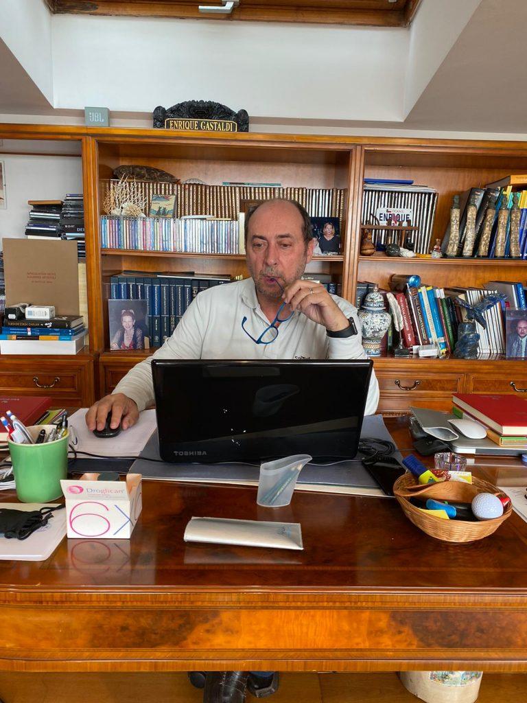 Durante el confinamiento por el coronavirus, el doctor Enrique Gastaldi atendió pacientes vía online